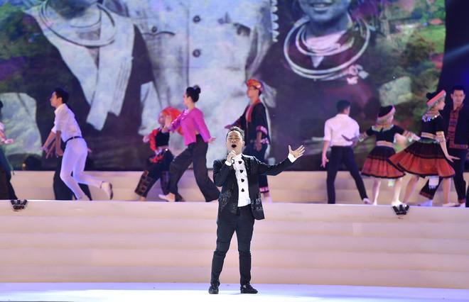 Tùng Dương, Thanh Lam gây xúc động trong đêm nhạc về Bác - Ảnh 1.
