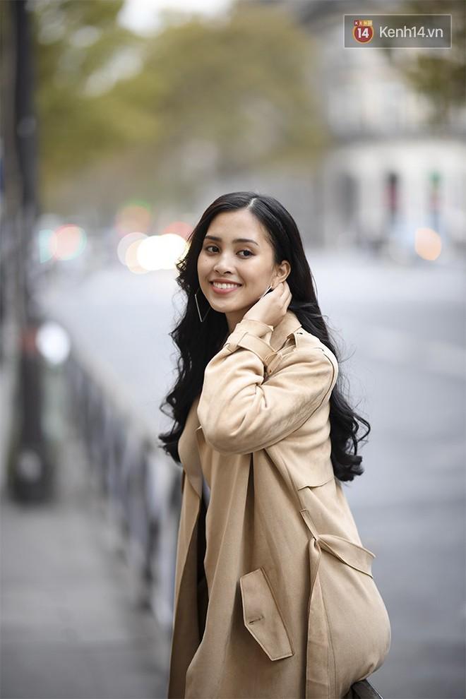 Hoa hậu Tiểu Vy mặt mộc dạo phố Paris, khoe vẻ đẹp đầy sức sống của tuổi 18 - Ảnh 1.