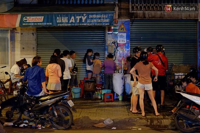Trà đào chờ 30 năm ở vỉa hè Sài Gòn: Đông khách tới 2 giờ sáng, xếp hàng cả tiếng đồng hồ mới mua được - Ảnh 2.
