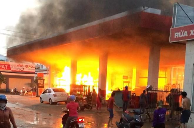 Cây xăng ở quận 12 cháy dữ dội, dân tháo chạy - Ảnh 1.