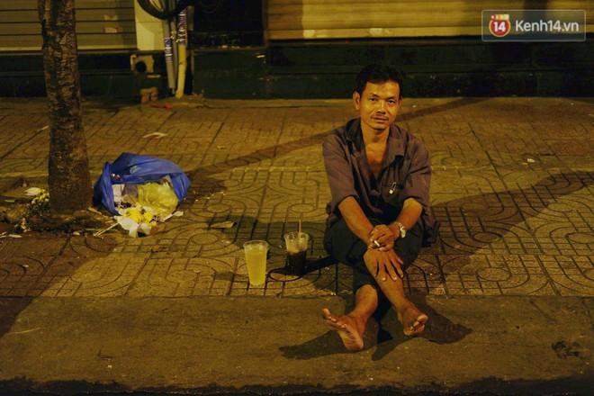 Trà đào chờ 30 năm ở vỉa hè Sài Gòn: Đông khách tới 2 giờ sáng, xếp hàng cả tiếng đồng hồ mới mua được - Ảnh 11.