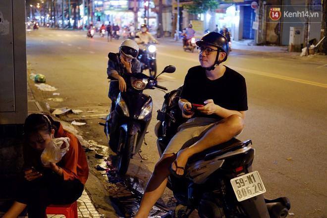 Trà đào chờ 30 năm ở vỉa hè Sài Gòn: Đông khách tới 2 giờ sáng, xếp hàng cả tiếng đồng hồ mới mua được - Ảnh 6.