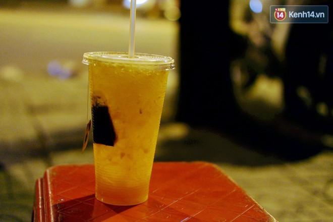 Trà đào chờ 30 năm ở vỉa hè Sài Gòn: Đông khách tới 2 giờ sáng, xếp hàng cả tiếng đồng hồ mới mua được - Ảnh 8.
