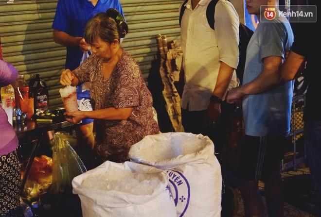 Trà đào chờ 30 năm ở vỉa hè Sài Gòn: Đông khách tới 2 giờ sáng, xếp hàng cả tiếng đồng hồ mới mua được - Ảnh 9.