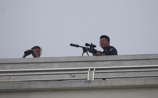 Cảnh sát dùng súng bắn tỉa vây bắt đối tượng cầm lựu đạn cố thủ trong nhà ở Nghệ An