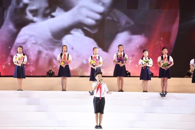 Tùng Dương, Thanh Lam gây xúc động trong đêm nhạc về Bác - Ảnh 10.