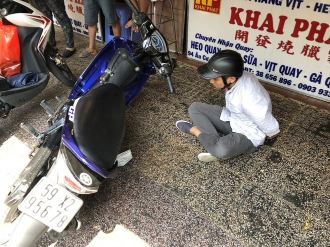 Cảnh sát nổ súng bắn vào chân đối tượng cướp giật dùng bình xịt hơi cay chống trả quyết liệt ở Sài Gòn - Ảnh 1.