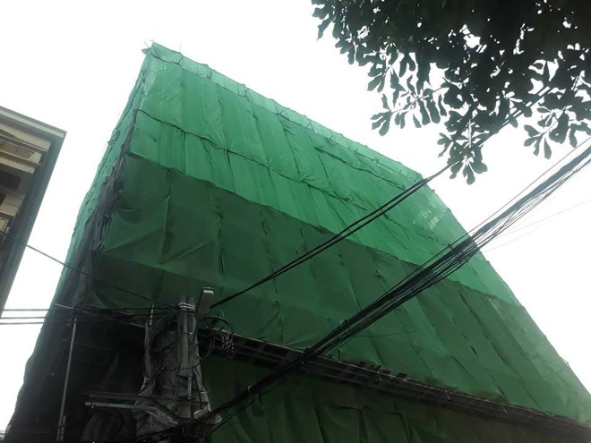 Hà Nội: Thanh sắt từ công trình xây dựng rơi xuống đâm thủng ô tô 7 chỗ - Ảnh 6.