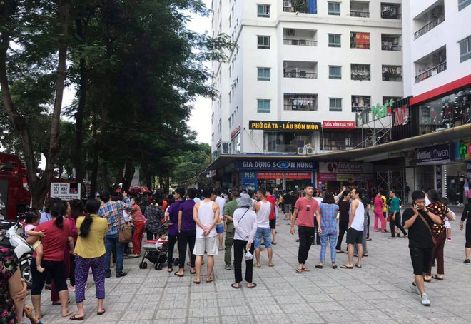 Cháy tại tầng 31 chung cư HH Linh Đàm, cư dân hoảng loạn tháo chạy xuống dưới - Ảnh 1.