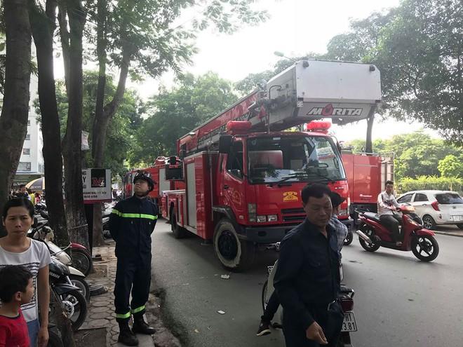 Cháy tại tầng 31 chung cư HH Linh Đàm, cư dân hoảng loạn tháo chạy xuống dưới - Ảnh 2.