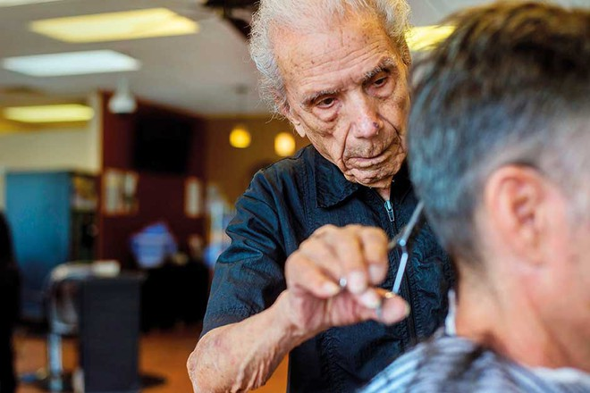 Ông trăm tuổi làm nghề cắt tóc: Suốt 96 năm vẫn miệt mài công việc vì 1 lí do đầy bất ngờ, cảm động - Ảnh 3.
