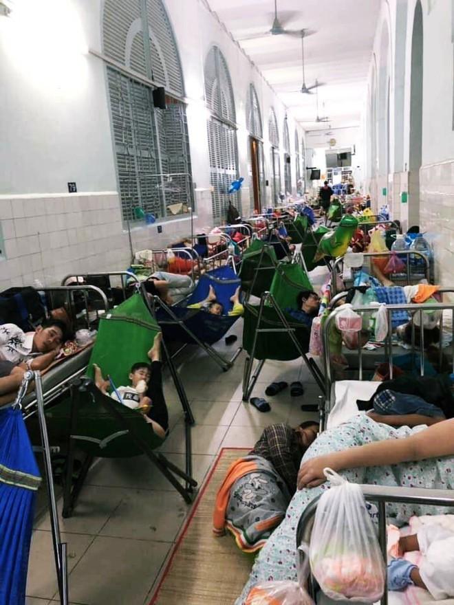 Một ngày ở BV Nhi tại Sài Gòn: Bệnh nhân nằm phơi nắng, phơi sương dọc hành lang bệnh viện  - Ảnh 1.