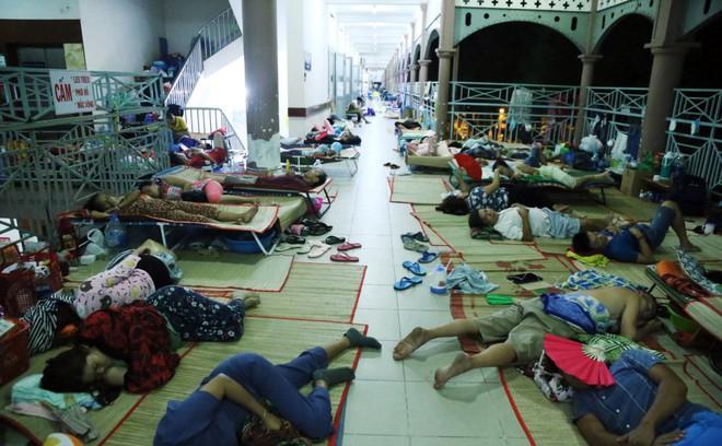 Một ngày ở BV Nhi tại Sài Gòn: Bệnh nhân nằm phơi nắng, phơi sương dọc hành lang bệnh viện  - Ảnh 3.