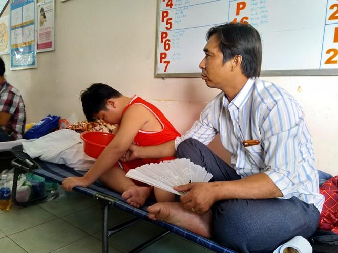 Một ngày ở BV Nhi tại Sài Gòn: Bệnh nhân nằm phơi nắng, phơi sương dọc hành lang bệnh viện  - Ảnh 12.