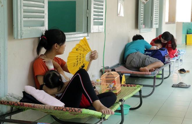 Một ngày ở BV Nhi tại Sài Gòn: Bệnh nhân nằm phơi nắng, phơi sương dọc hành lang bệnh viện  - Ảnh 16.