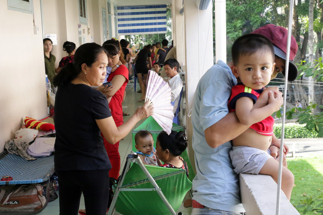 Một ngày ở BV Nhi tại Sài Gòn: Bệnh nhân nằm phơi nắng, phơi sương dọc hành lang bệnh viện  - Ảnh 5.