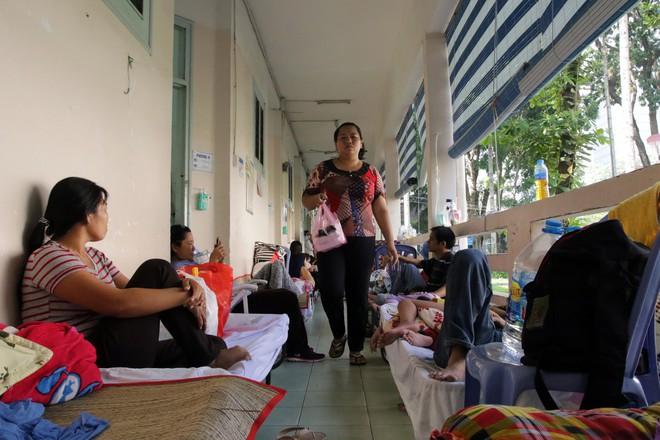 Một ngày ở BV Nhi tại Sài Gòn: Bệnh nhân nằm phơi nắng, phơi sương dọc hành lang bệnh viện  - Ảnh 9.