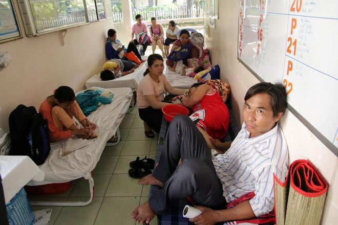 Một ngày ở BV Nhi tại Sài Gòn: Bệnh nhân nằm phơi nắng, phơi sương dọc hành lang bệnh viện  - Ảnh 6.