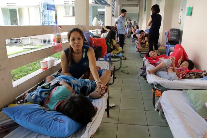 Một ngày ở BV Nhi tại Sài Gòn: Bệnh nhân nằm phơi nắng, phơi sương dọc hành lang bệnh viện  - Ảnh 4.