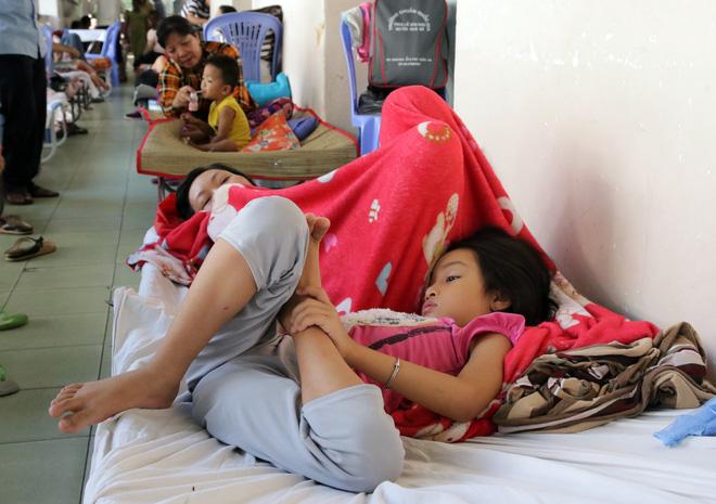 Một ngày ở BV Nhi tại Sài Gòn: Bệnh nhân nằm phơi nắng, phơi sương dọc hành lang bệnh viện  - Ảnh 11.