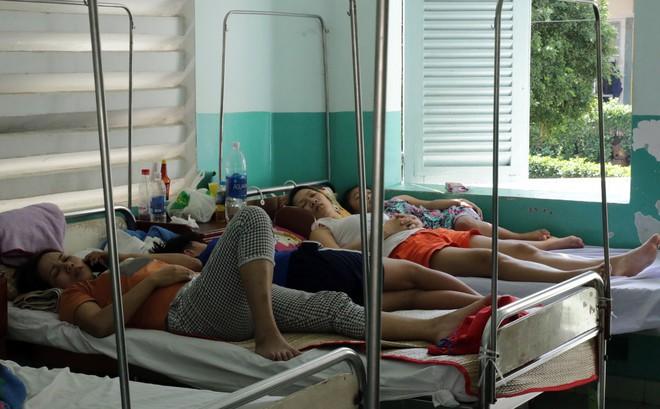Một ngày ở BV Nhi tại Sài Gòn: Bệnh nhân nằm phơi nắng, phơi sương dọc hành lang bệnh viện  - Ảnh 7.