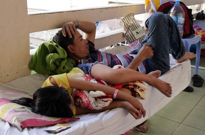 Một ngày ở BV Nhi tại Sài Gòn: Bệnh nhân nằm phơi nắng, phơi sương dọc hành lang bệnh viện  - Ảnh 8.