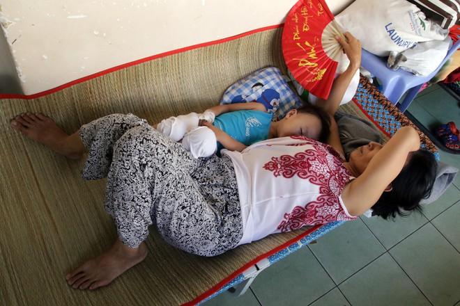 Một ngày ở BV Nhi tại Sài Gòn: Bệnh nhân nằm phơi nắng, phơi sương dọc hành lang bệnh viện  - Ảnh 13.