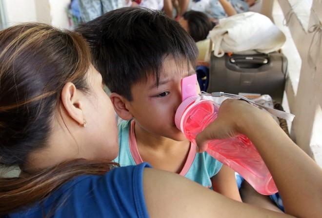Một ngày ở BV Nhi tại Sài Gòn: Bệnh nhân nằm phơi nắng, phơi sương dọc hành lang bệnh viện  - Ảnh 10.