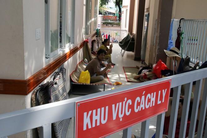 Một ngày ở BV Nhi tại Sài Gòn: Bệnh nhân nằm phơi nắng, phơi sương dọc hành lang bệnh viện  - Ảnh 18.