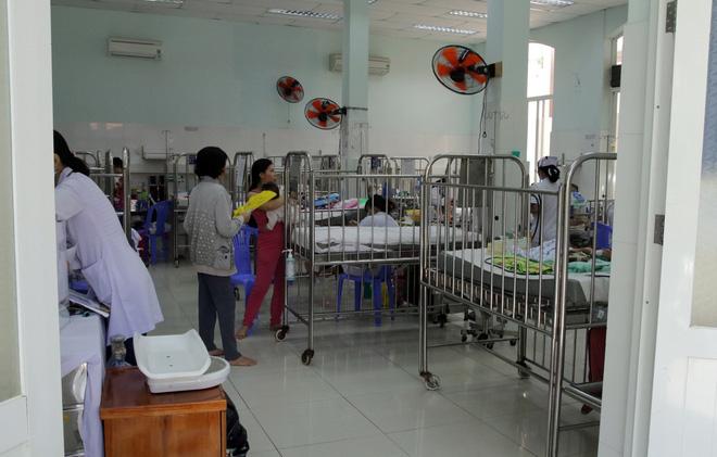 Một ngày ở BV Nhi tại Sài Gòn: Bệnh nhân nằm phơi nắng, phơi sương dọc hành lang bệnh viện  - Ảnh 17.
