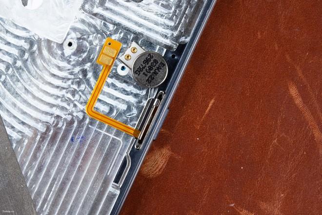 Mổ Bphone 3: 20 phút để mở máy, bo mạch chắc chắn và được bảo vệ kỹ - Ảnh 9.