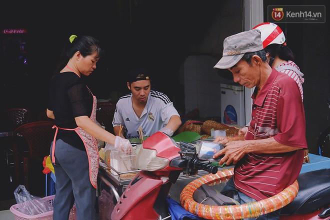 Quán xôi gói bằng lá sen mỗi sáng chỉ bán 3 tiếng là hết veo, người Sài Gòn xếp hàng nườm nượp chờ mua - Ảnh 10.