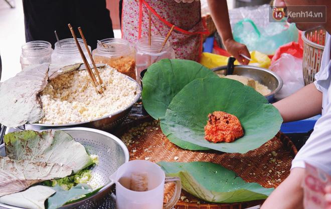 Quán xôi gói bằng lá sen mỗi sáng chỉ bán 3 tiếng là hết veo, người Sài Gòn xếp hàng nườm nượp chờ mua - Ảnh 11.