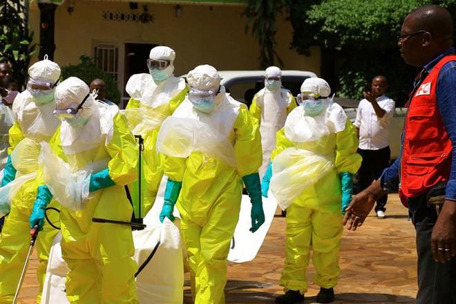 Táo tợn cướp thi thể nạn nhân nhiễm Ebola trong lễ tang - Ảnh 1.