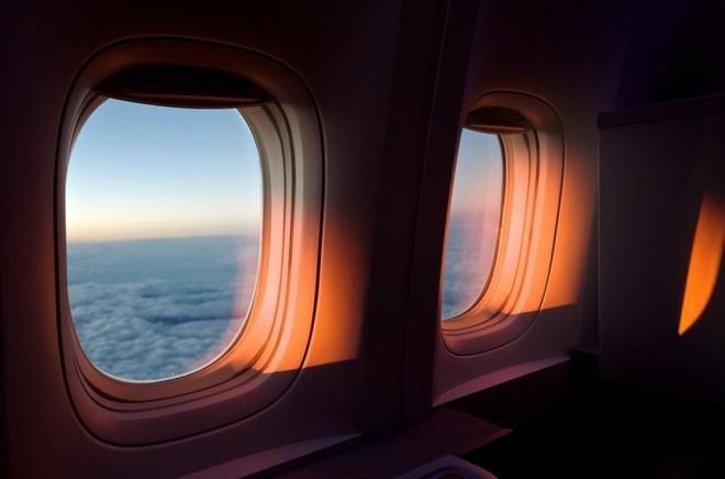 Tại sao phải kéo rèm cửa sổ lên khi máy bay cất cánh và hạ cánh? - Ảnh 1.
