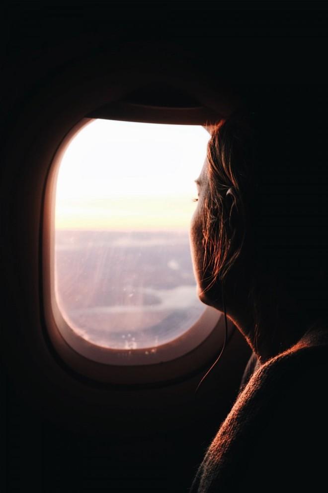 Tại sao phải kéo rèm cửa sổ lên khi máy bay cất cánh và hạ cánh? - Ảnh 3.