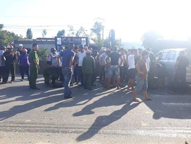Bị tông vào đầu xe trên quốc lộ, 2 nhóm đối tượng rút súng, kiếm ra hỗn chiến - Ảnh 1.