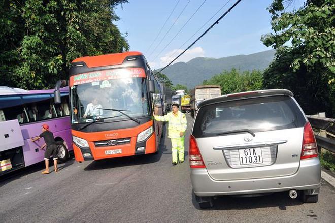 Tai nạn ô tô liên hoàn trên đèo Bảo Lộc, xe khách lao vào vách núi  - Ảnh 2.
