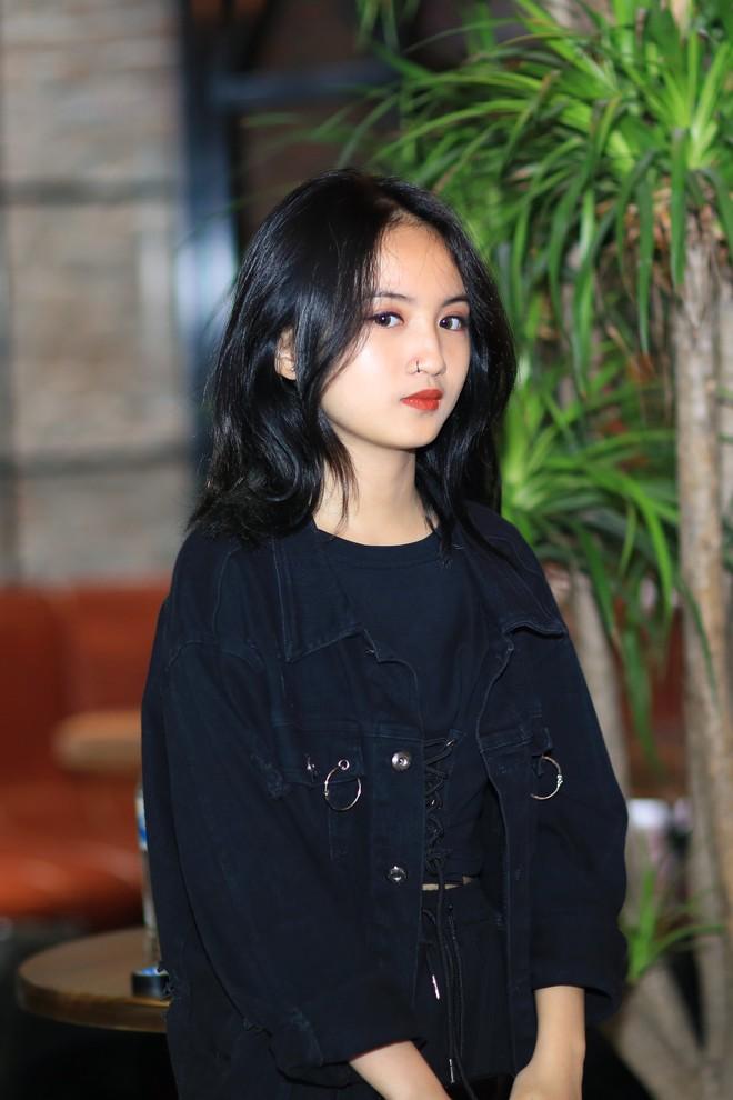 Xuất hiện tại buổi họp báo của bố, con gái Tú Dưa thu hút sự chú ý bởi nhan sắc xinh đẹp - Ảnh 2.