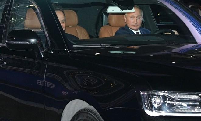Tổng thống Putin đích thân lái siêu xe, chở khách quý đi dạo - Ảnh 2.