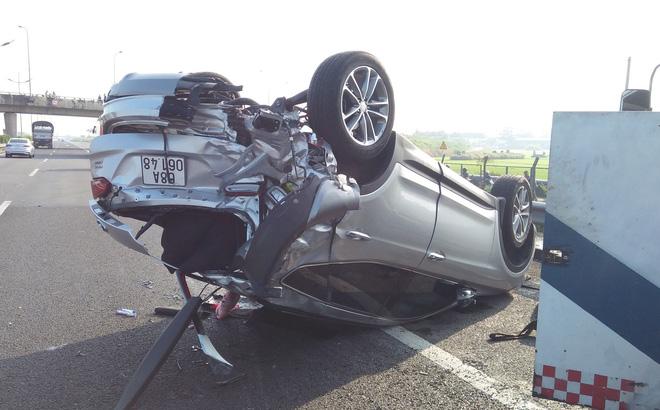 Va chạm xe khách Phương Trang, ô tô 4 chỗ lật ngửa trên cao tốc, 3 người mắc kẹt