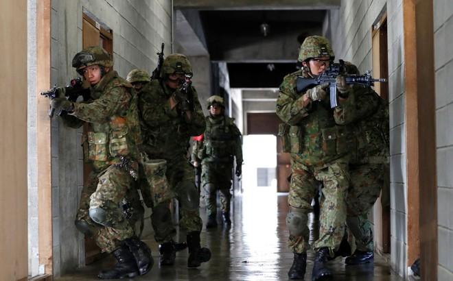 """Mối lo """"sát sườn"""" khiến Nhật Bản phải sửa đổi hiến pháp hòa bình, rầm rộ tập trận"""