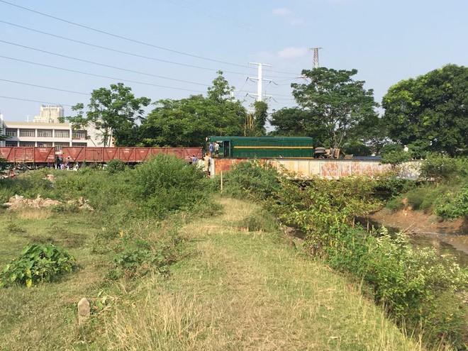 Hà Nội: Tàu hỏa kéo lê ô tô tải hàng chục mét, 4 người bị thương - Ảnh 1.