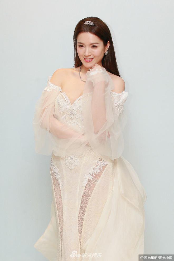 Hoa hậu ân ái trong ô tô tổ chức đám cưới đổi đời với đại gia Hong Kong, đeo nhẫn kim cương 5 tỷ trên tay - Ảnh 11.