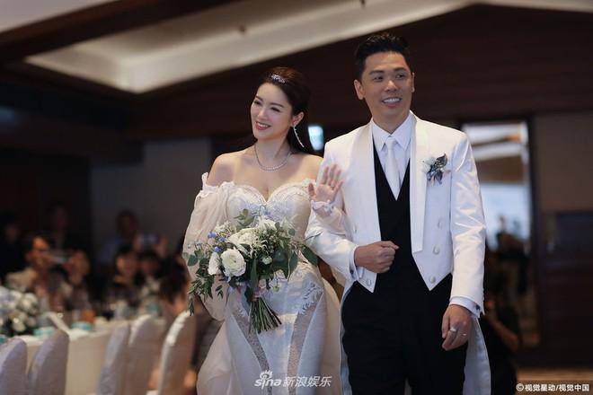 Hoa hậu ân ái trong ô tô tổ chức đám cưới đổi đời với đại gia Hong Kong, đeo nhẫn kim cương 5 tỷ trên tay - Ảnh 3.