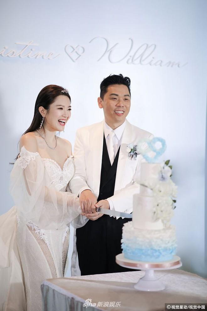 Hoa hậu ân ái trong ô tô tổ chức đám cưới đổi đời với đại gia Hong Kong, đeo nhẫn kim cương 5 tỷ trên tay - Ảnh 4.