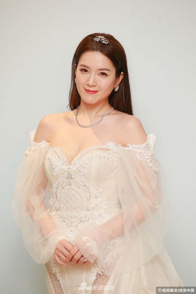 Hoa hậu ân ái trong ô tô tổ chức đám cưới đổi đời với đại gia Hong Kong, đeo nhẫn kim cương 5 tỷ trên tay - Ảnh 10.