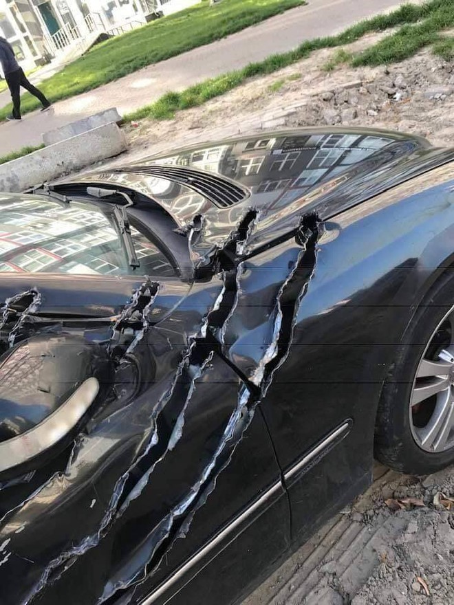 Chiếc xe hơi bị xé rách, dân mạng hoang mang vì không rõ cái gì đã gây nên - Ảnh 3.