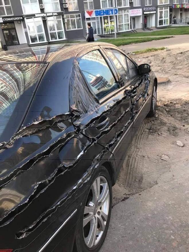 Chiếc xe hơi bị xé rách, dân mạng hoang mang vì không rõ cái gì đã gây nên - Ảnh 4.