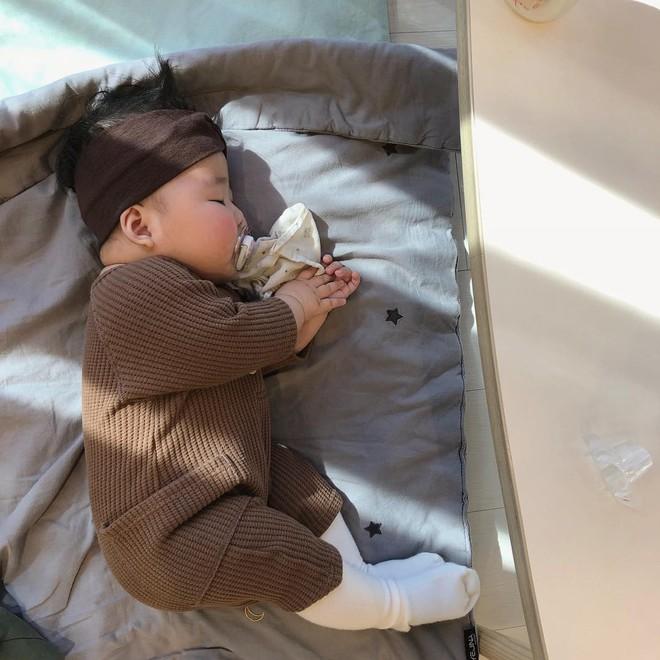 Slogan từ 1001 kiểu ngủ say của cậu nhóc Hàn Quốc: Chủ nhật chỉ cần ngủ đủ chứ chả cần ai! - Ảnh 8.
